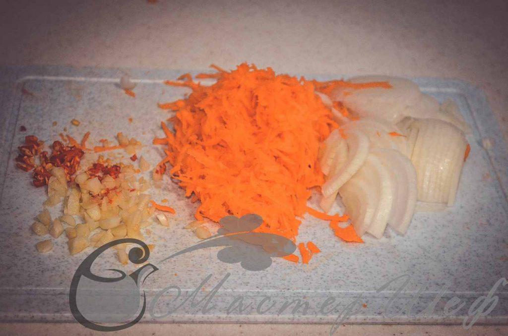 Отвариваем фасоль, натираем морковь, нарезаем лук, чеснок и чили.