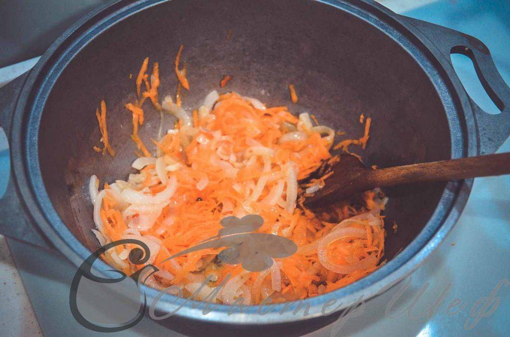 Добавляем морковь и обжариваем