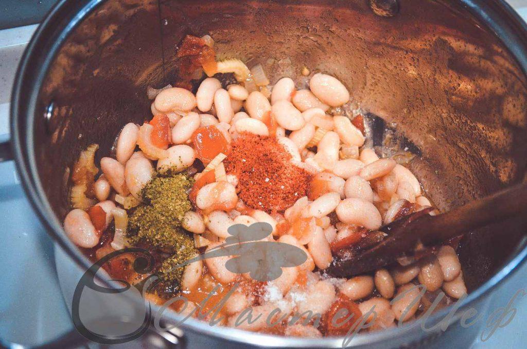 Добавляем фасоль, специи, соль и перец.