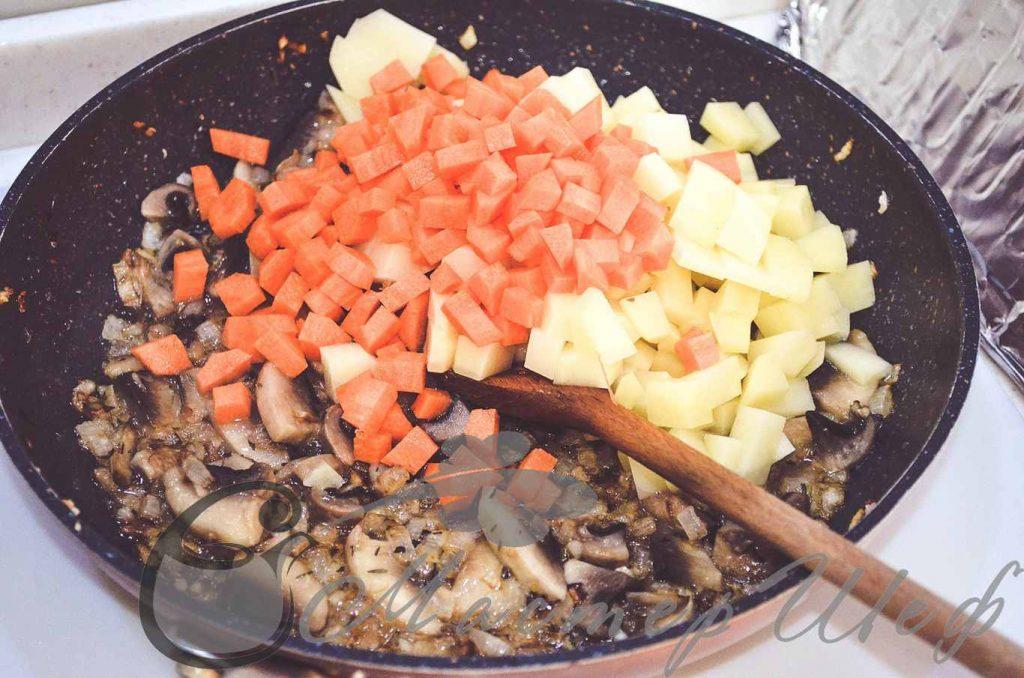 Нарезанные картофель и морковь добавляем в сковороду
