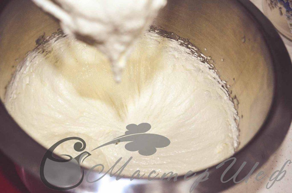 Взбиваем масло с сахаром