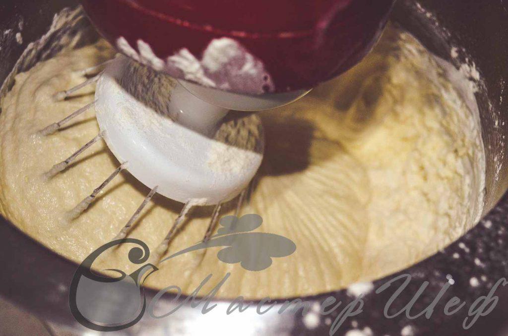 Смешиваем муку, соду, соль и разрыхлитель добавляем постепенно в яичную смесь