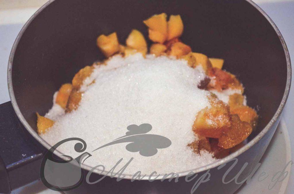 Засыпаем абрикосы сахаром и варим 20 минут на медленном огне