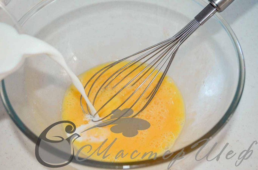 Яйца слегка взбиваем с сахарной пудрой. Затем вливаем молоко и хорошо перемешиваем.