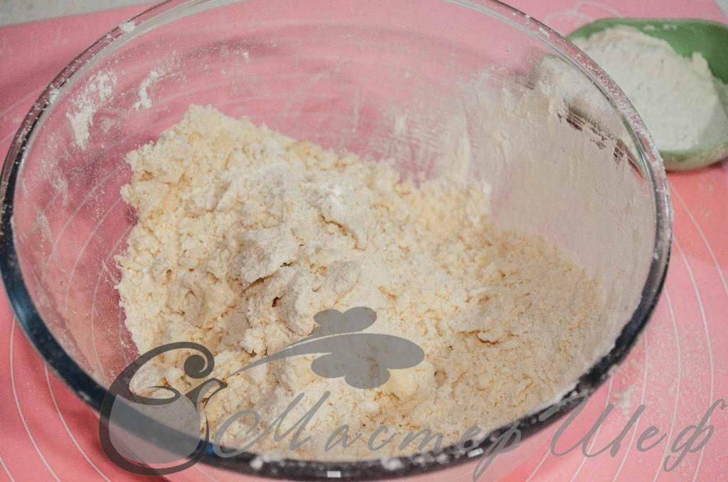 В муку добавляем холодное масло и соль, перетираем в крошку.