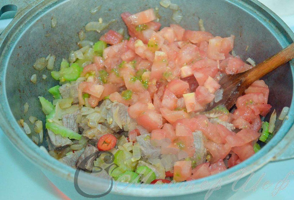 Нарезаем помидоры без шкурки и болгарский перец