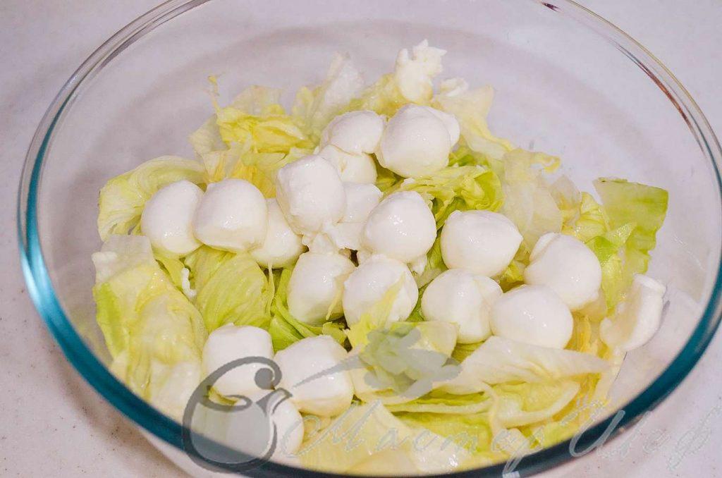 Нарезаем салат и добавляем моцареллу.