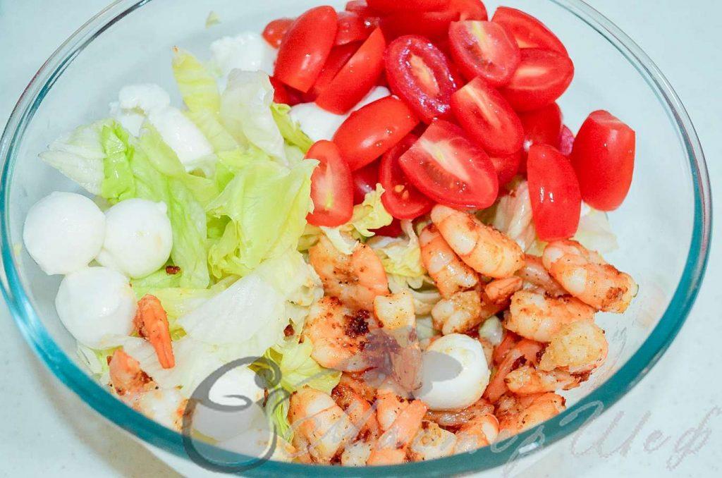 Выкладываем креветки и помидоры в салат