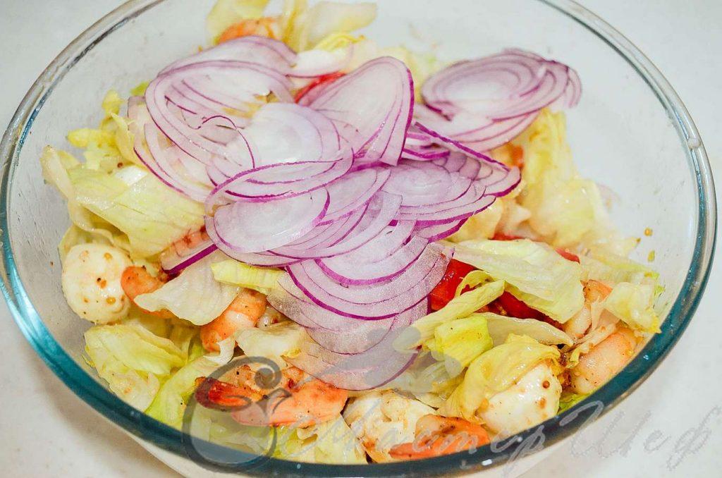 Заправку в салат, добавляем лук, яйца и орешки.