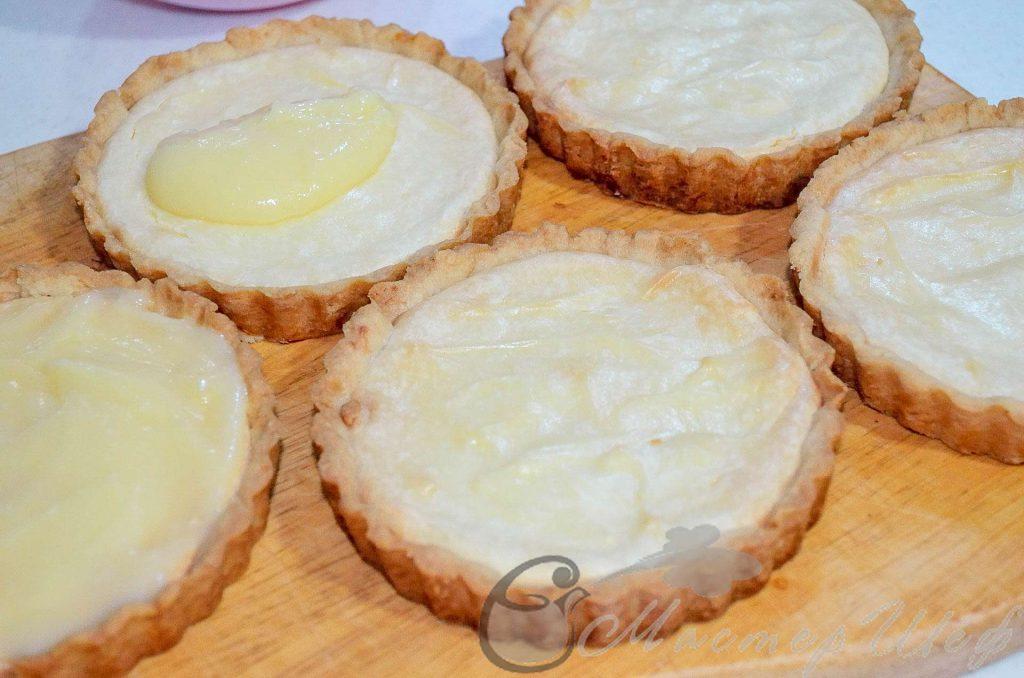 На теплые чизкейки сверху ровным слоем распределяем лимонный крем. По 1,5 ст.л на каждый. - рецепт лимонных чизкейков