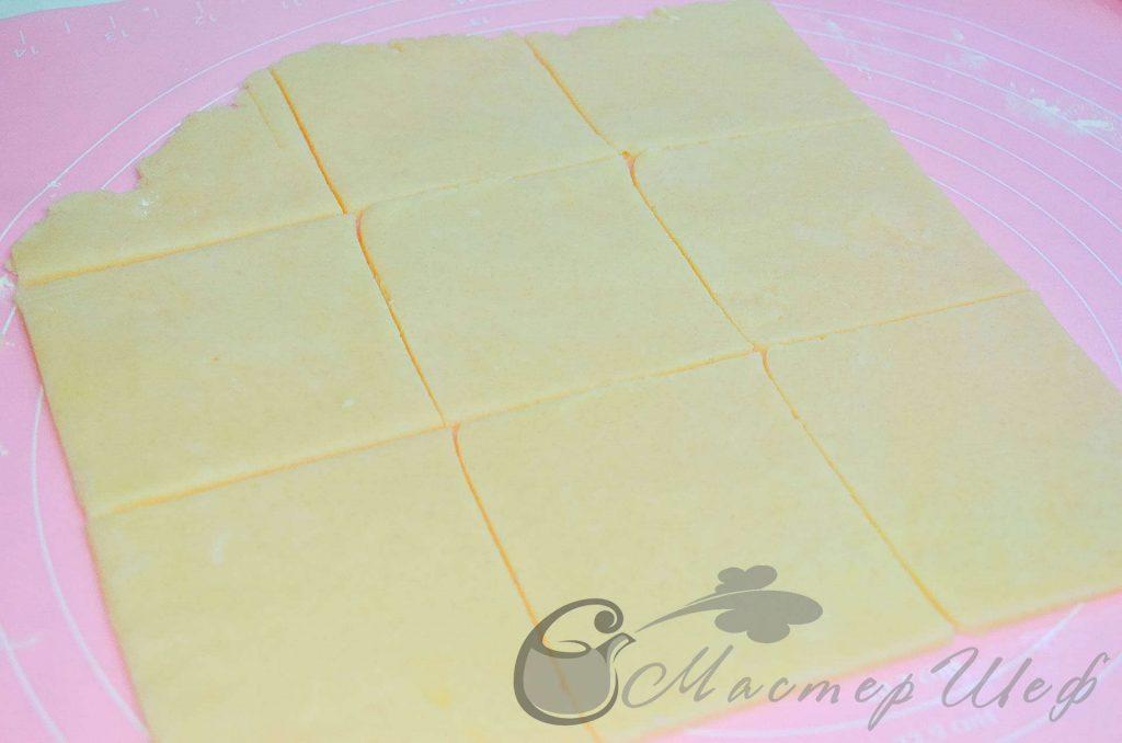Лимонные пирожные - Охлажденное тесто раскатываем в пласт толщиной примерно 3-5 мм. Разрезаем на квадраты размером 9х9 см