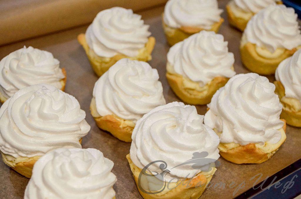 Пирожные с лимонной начинкой - 3 белка взбиваем до пышной белой массы, постепенно добавляя 120 гр сахарной пудры.  Затем, при помощи кондитерского мешка или ложки, выкладываем на лимонную начинку и ставим под гриль на 2 – 3 минуты.