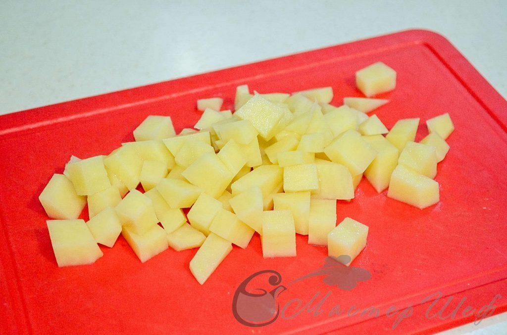 Очищаем и нарезаем картофель кубиками - Сырный крем-суп из шампиньонов