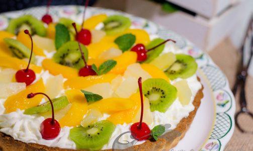 Песочный пирог со сливками и фруктами