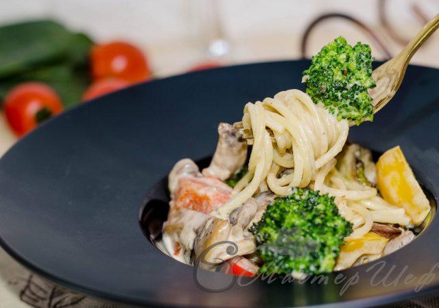 Спагетти с овощами в сливочно-сырном соусе