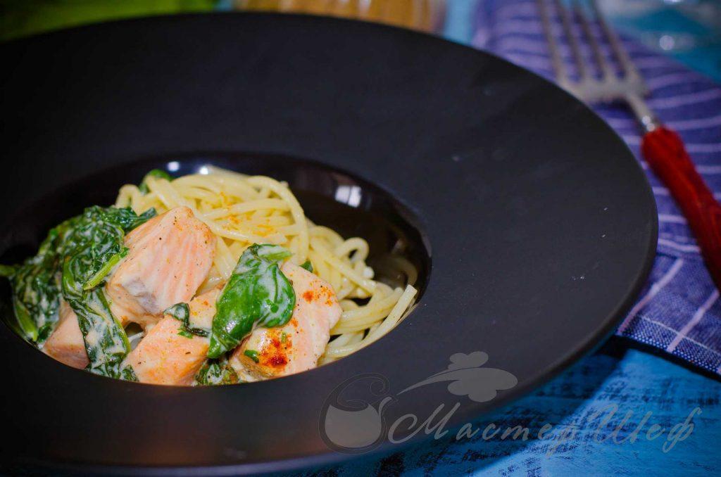 Спагетти с семгой и шпинатом в сырном соусе - рецепт