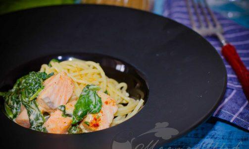 Спагетти с семгой и шпинатом в сырном соусе