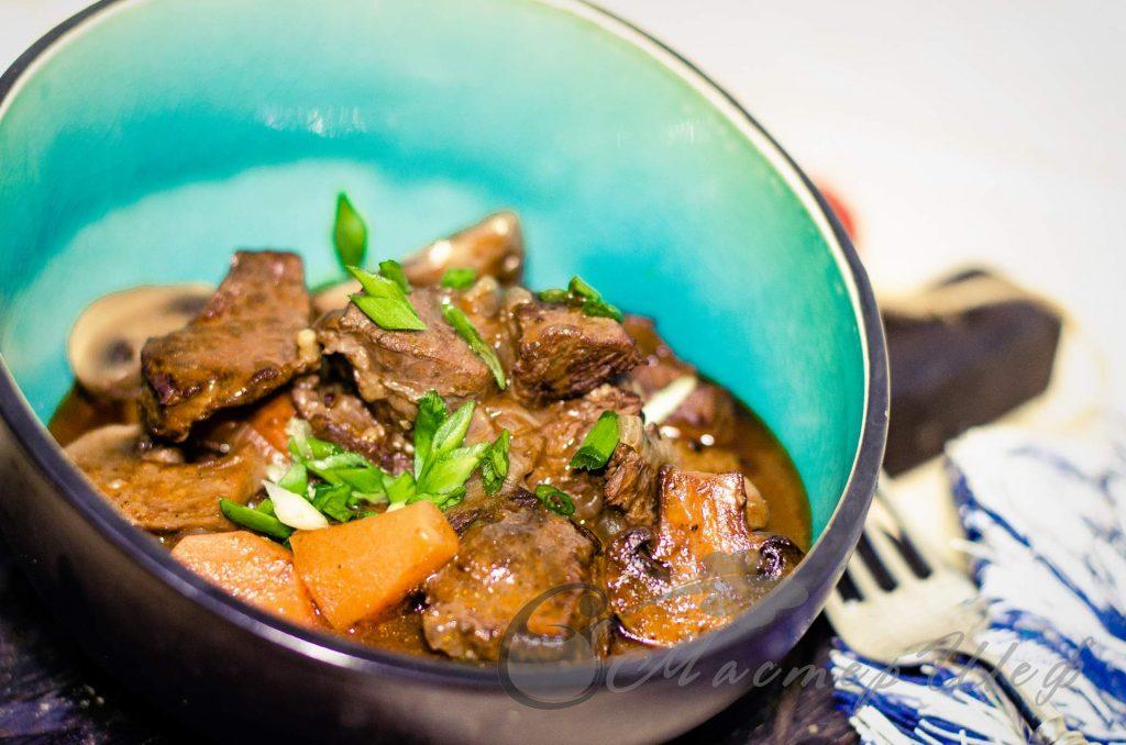 Мясо по-бургундски с шампиньонами - рецепт с фото